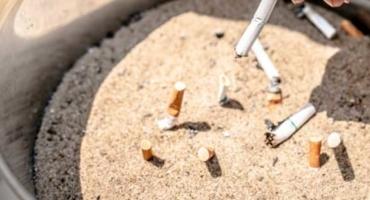 phote de mégots écrasés dans le sable, pollueur-payeur